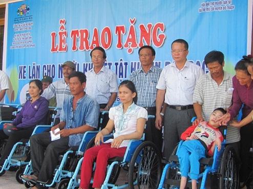 Hoi_bao_tro_nguoi_tan_tat_va_tre_mo_coi_huyen_Bo_Trach__tinh_Quang_Binh_tang_qua_cho_nguoi_khuyet_tat