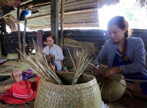 Phu_nu_dan_toc_Khmer_lam_theo_guong_Bac
