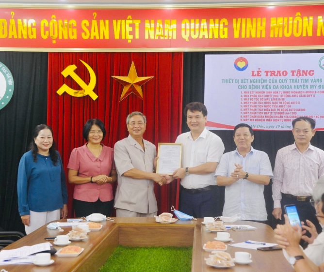 Quy_Trai_tim_vang_Viet_Nam_trao_tang_thiet_bi_y_te_cho_Benh_vien_Da_khoa_huyen_My_Duc__Ha_Noi