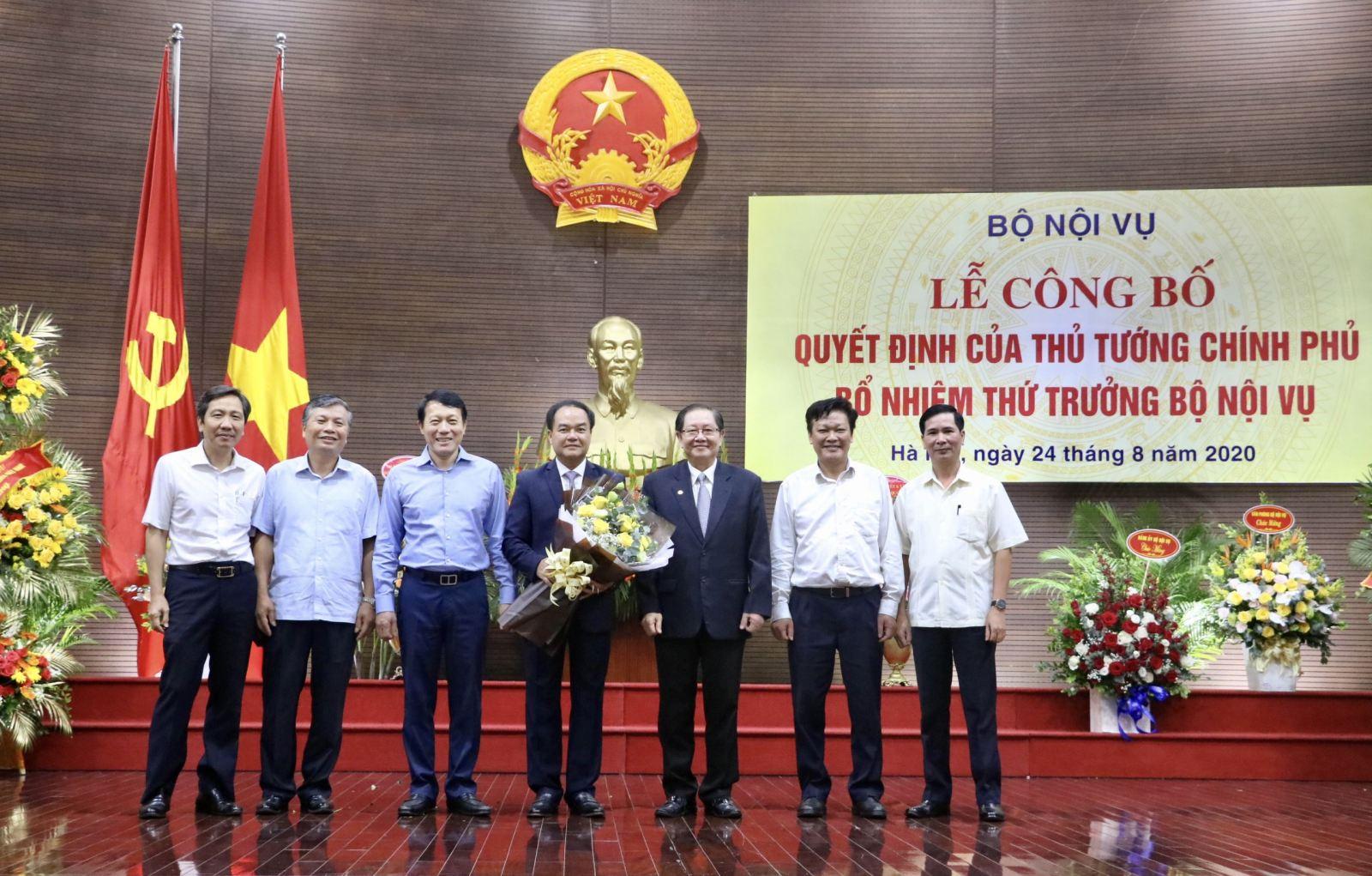 Le_cong_bo_va_trao_quyet_dinh_bo_nhiem_Thu_truong_Bo_Noi_vu_cho_ong_Vu_Chien_Thang